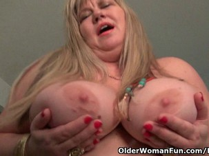 BBW milf Love Goddess rubs her..
